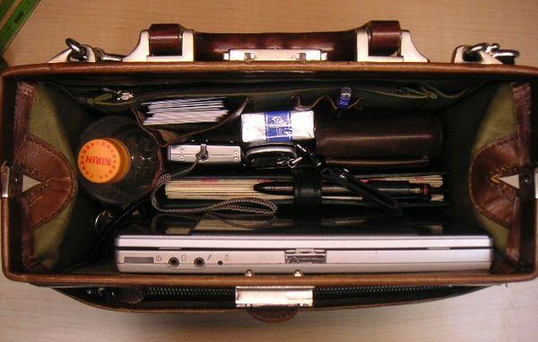 GPS発信機のレンタル製品は小型な端末を選ぶべきか